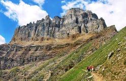 steniga alberta Kanada fotvandra berg arkivbilder