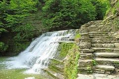 Steniga bäcknedgångar och stenig trappa Royaltyfri Foto