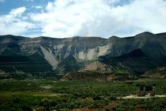 steniga berg Inte l?ngt fr?n Coloradofloden royaltyfria bilder
