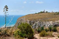 Steniga berg och fyr av Santa Pola Royaltyfria Foton