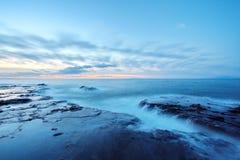 Steniga Japan seglar utmed kusten arkivbilder