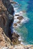 Steniga klippa- och havsvågor på Kretaön Arkivfoto