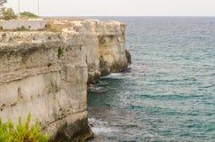 Steniga klippor på den Torre dell'Orsostaden i Salento, Italien Royaltyfri Fotografi