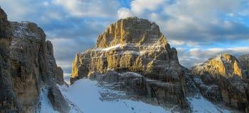 Steniga klippor står högt på bergpasserandet av Dolomiti di Brenta, Italien Arkivfoton