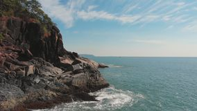Steniga kullar n?ra fj?rilsstranden Goa Indien Surrvideo arkivfilmer