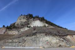Steniga kullar och parkeringsplats Arkivbild