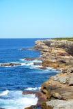 Steniga kust- klippor Arkivbild