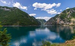 Steniga kuster av sjön Piva, reflexion Arkivbilder