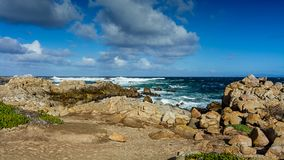 Steniga kuster nära Pebble Beach, Pebble Beach, Monterey halvö arkivbild