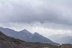 Steniga maxima och stenig jordskred, sikt från lutningen av Elbrus, norr Kaukasus, Ryssland Arkivbild
