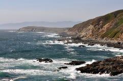Steniga nordliga Kalifornien seglar utmed kusten royaltyfria foton