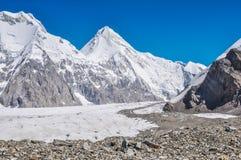 Steniga och snöig berg Royaltyfri Foto