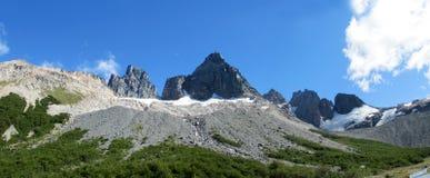 Stenigt berg i Chile Patagonia längs Austral Carretera arkivbild