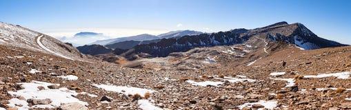 Stenigt berg i Spanien med någon snö arkivbild