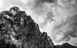 Stenigt berg och stormig molnig himmel Arkivbilder