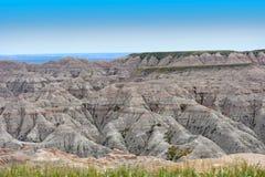 Stenigt bergigt landskap av badlandsna i South Dakota arkivfoto