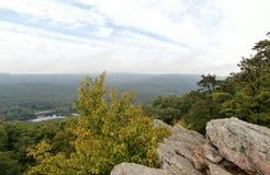 Stenigt förbise i Pennsylvania med sjön Arkivfoton