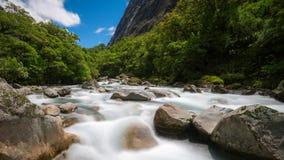 Stenigt flodlandskap i rainforesten, Nya Zeeland Arkivbild
