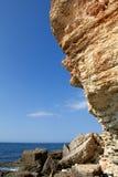 stenigt hav för svart klippakust Arkivbild