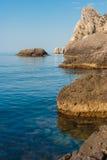 stenigt hav för svart kust Arkivbild