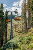 Stenigt kulle- och chairliftlandskap i sommar Arkivfoto