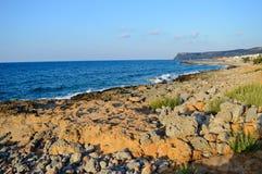 Stenigt kust- och blåtthav i Kreta, Grekland Arkivbilder