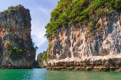 Stenigt landskap av den Phang Nga nationalparken Royaltyfri Bild