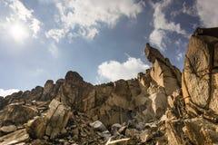 Stenigt landskap i de forntida eroderade bergen av Macin berg nationalpark, Rumänien Royaltyfria Foton