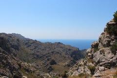 Stenigt landskap med havet i bakgrunden arkivfoto