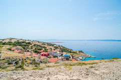 Stenigt landskap på en ö med en lilla by och Adriatiska havet s Arkivbilder