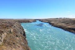 Stenigt scienic landskap i Island med en flod arkivfoto