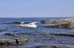 Stenigt segla utmed kusten Arkivbild