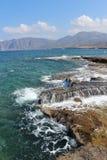 Stenigt segla utmed kusten av Crete Arkivfoton