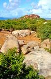 Stenigt segla utmed kusten i de karibiska 13na Royaltyfri Foto