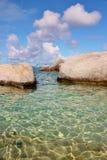 Stenigt segla utmed kusten i de karibiska 6na Fotografering för Bildbyråer