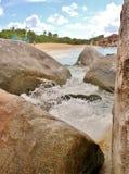 Stenigt segla utmed kusten i de karibiska 9na Royaltyfria Bilder