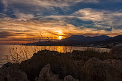 Stenigt solnedgånglandskap på Kreta Arkivbilder