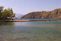 Stenigt spotta, det medelhavs- havet och berg. Royaltyfri Bild