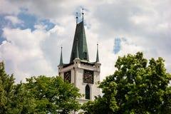 Stenigt torn för Kamenna vez med klockor av helgonen för kyrka allra i Litomerice Arkivbilder