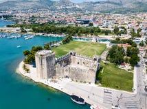 StenKamerlengo slott, medeltida stadsv?ggar och yachtmarina Flyg- sikt av touristic gamla Trogir, historisk stad royaltyfri foto
