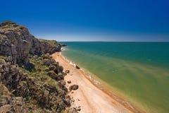 Stenklippor på kusten Arkivbild