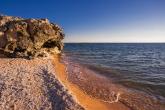Stenklippor på kusten Royaltyfri Fotografi