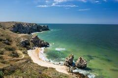 Stenklippor på kusten Arkivfoto