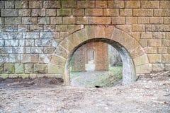 Stenkolonner för historisk järnvägbro i Bratislava Arkivbilder