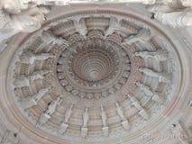 Stenkonst på den Swaminarayana templet arkivfoto