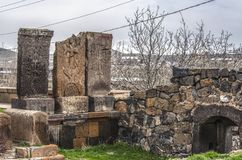 Stenkors och gravar av helgon, på den gamla ingången till territoriet av den medeltida kyrkliga Karmravoren i staden av Ashtarak Arkivfoto