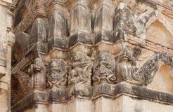 Stenlättnad handcraft på väggen av den 12th århundradetemplet inom historiska Sukhothai parkerar Royaltyfri Bild