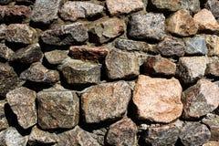 Stenlättnadsvägg med stora gamla stenar arkivbilder
