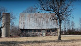 Stenladugård med silon Arkivfoto