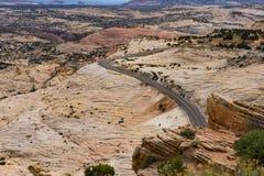 Stenlagd huvudväg i kanjonen och Mesa-land av sydliga Utah Royaltyfri Fotografi